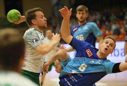 Steffen Kaufmann im Zweikampf gegen Dessaus Jakub Hrstka