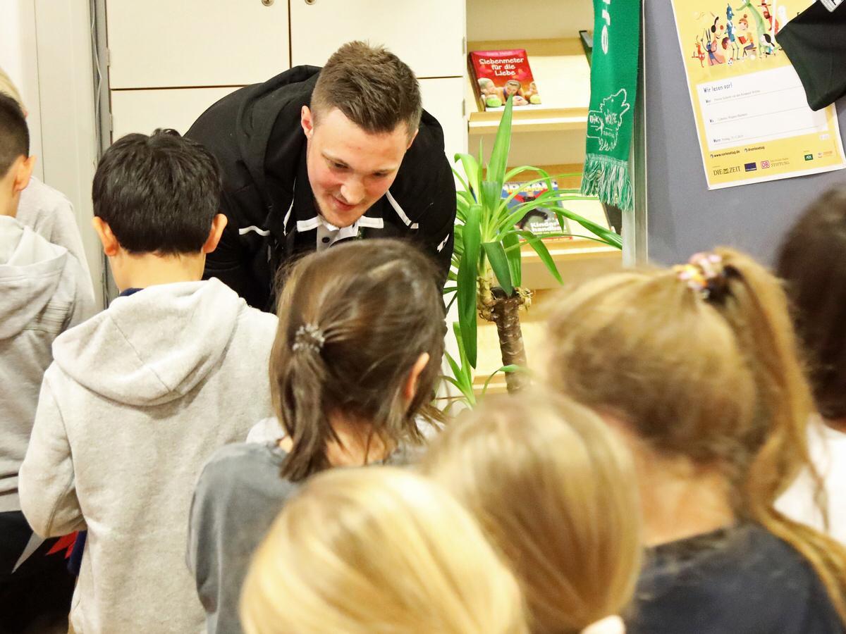 Patrick Schmidt liest Kindern vor